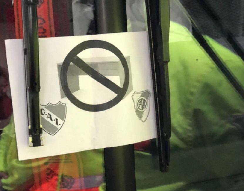 La polémica imagen pegada en el vidrio del micro en el que Racing llegó al Monumental