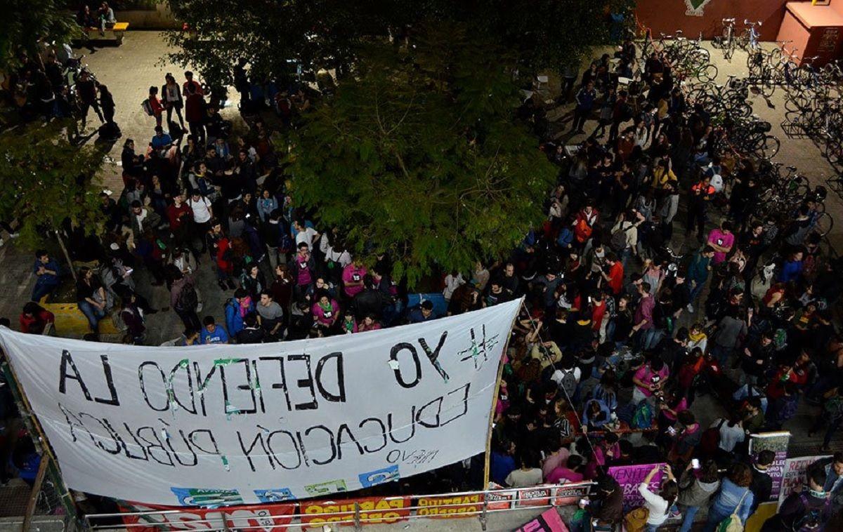 En medio de la lluvia, miles de personas marchan por la universidad pública