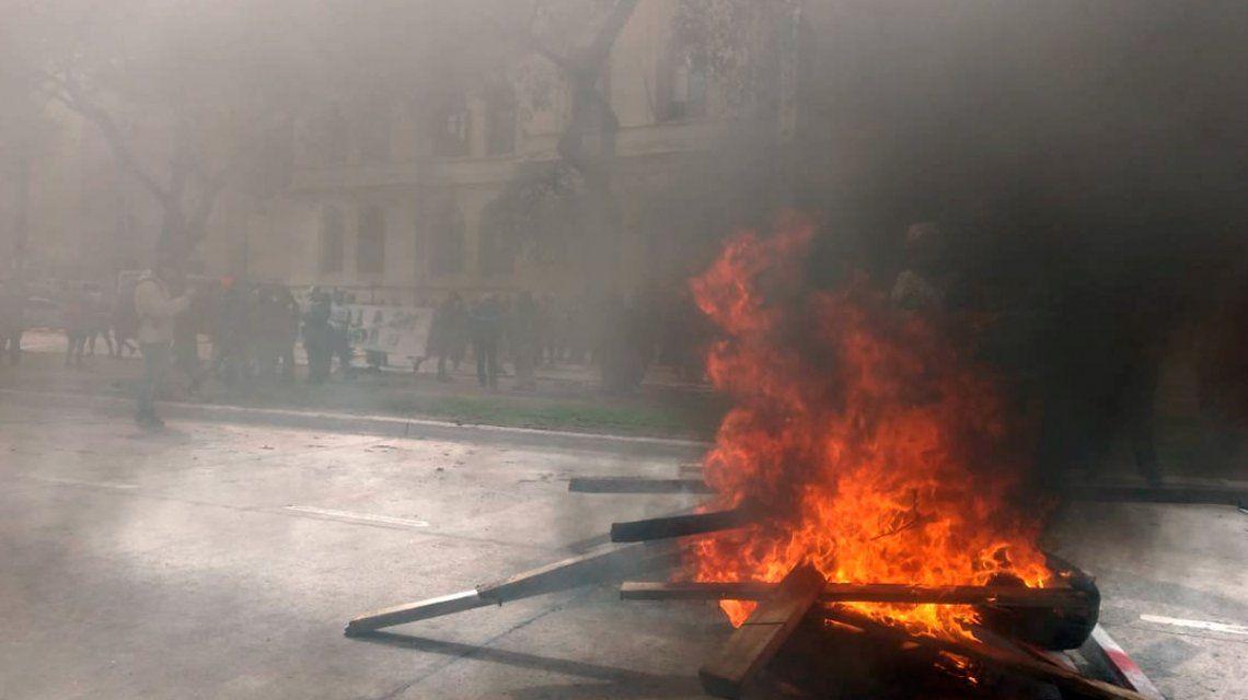 Incidentes entre trabajadores y la policía frente al Ministerio de Agroindustria: despidieron a 600 trabajadores