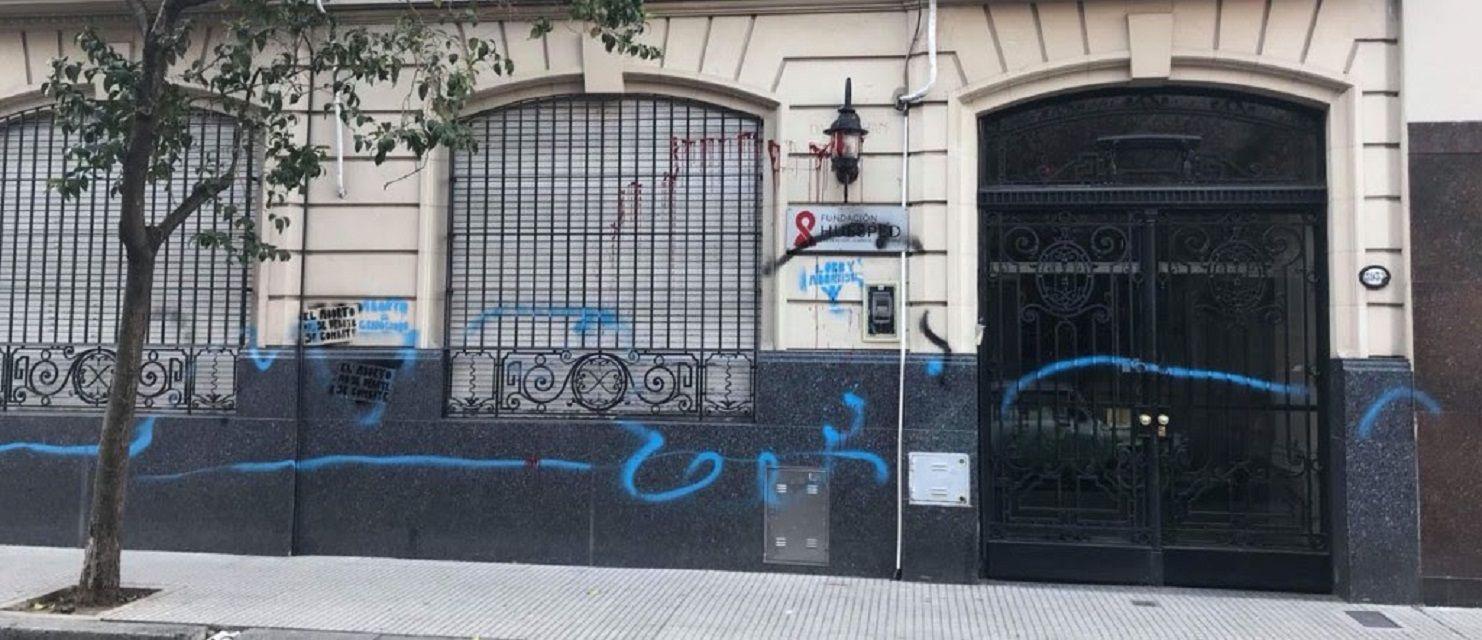Sectores  pro vida atacaron una sede de la Fundación Huésped: hicieron pintadas contra el aborto