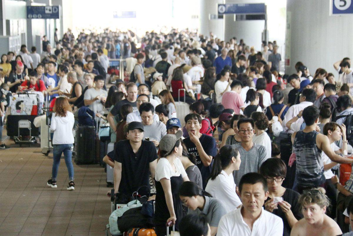 Miles de pasajeros quedaron varados en el aeropuerto de Kansaiy esperan ir a Osaka en colectivo