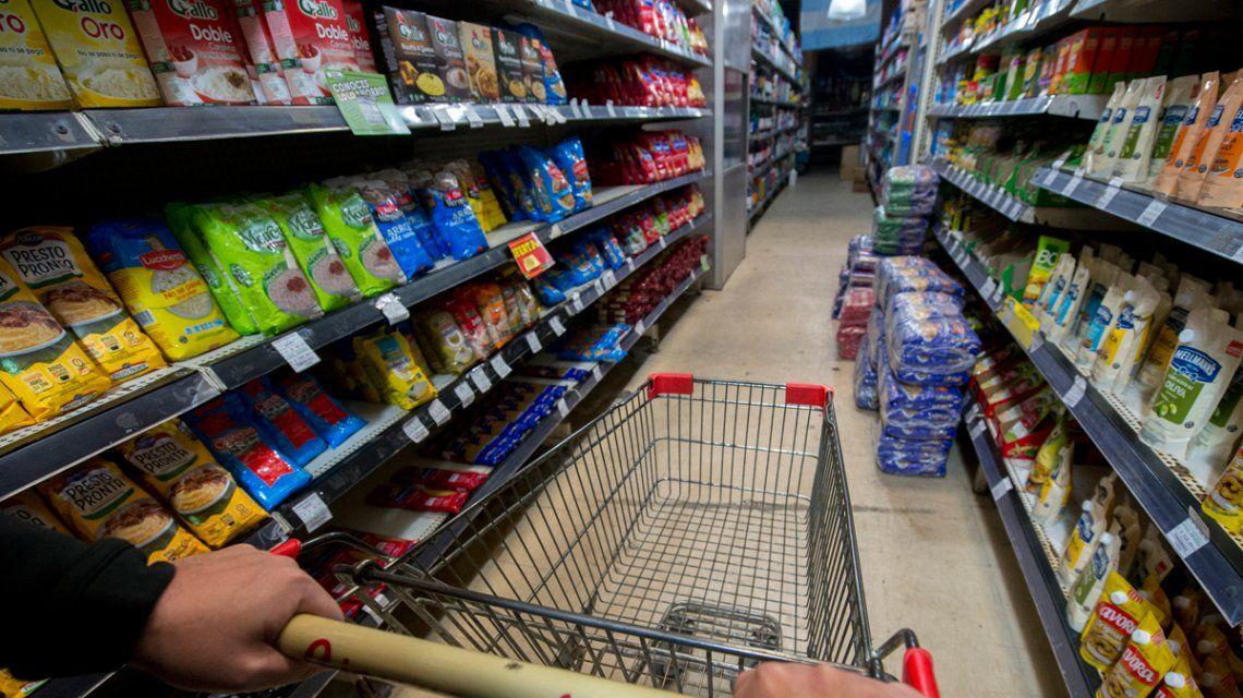 Mientras negocian con el Gobierno, las empresas suben precios hasta un 10%