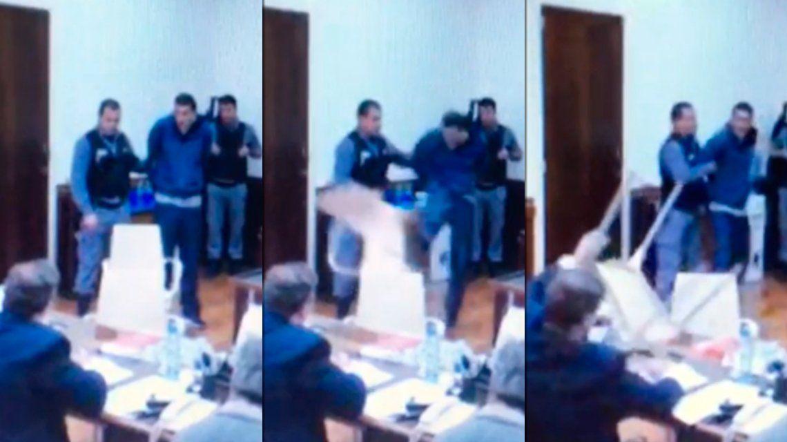 El delincuente empezó a patear todo cuando el juez le preguntó si le podía sacar las esposas
