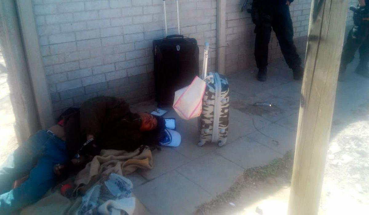 El hombre se quedó dormido en la calle después de robar