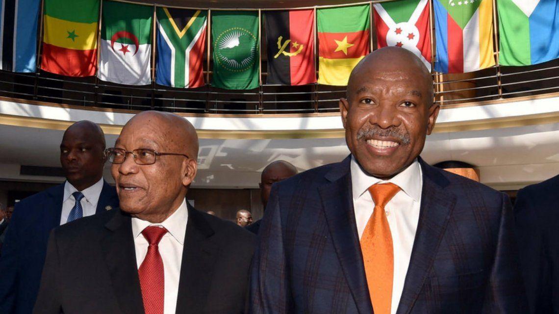 Lesetja Kganyago (derecha) en una foto de 2017 junto al entonces presidente Jacob Zuma