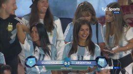 Carolina Baldini se robó todas las miradas en el debut de su hijo en la Selección
