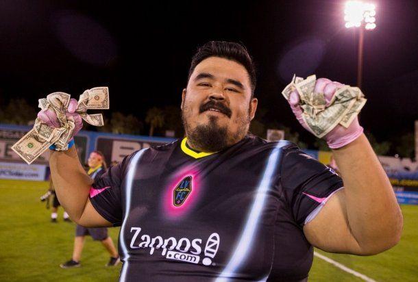 Un club de fútbol tiró dólares desde un helicóptero para sus hinchas - Crédito: @lvlightsfc<br><span style=