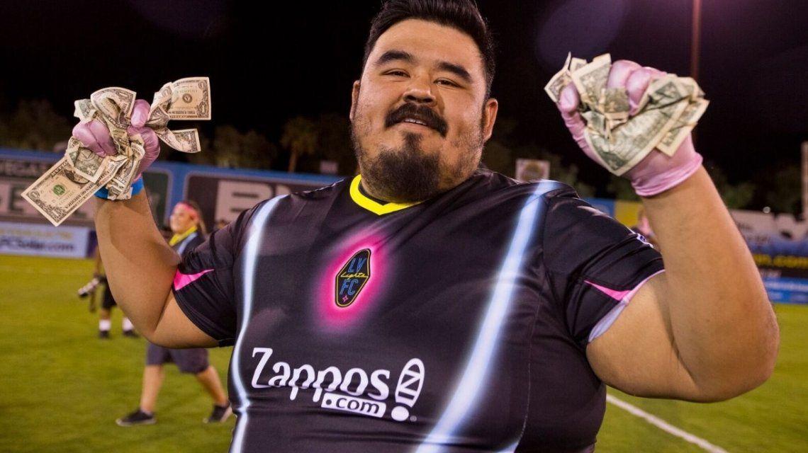 Un club de fútbol tiró dólares desde un helicóptero para sus hinchas - Crédito: @lvlightsfc
