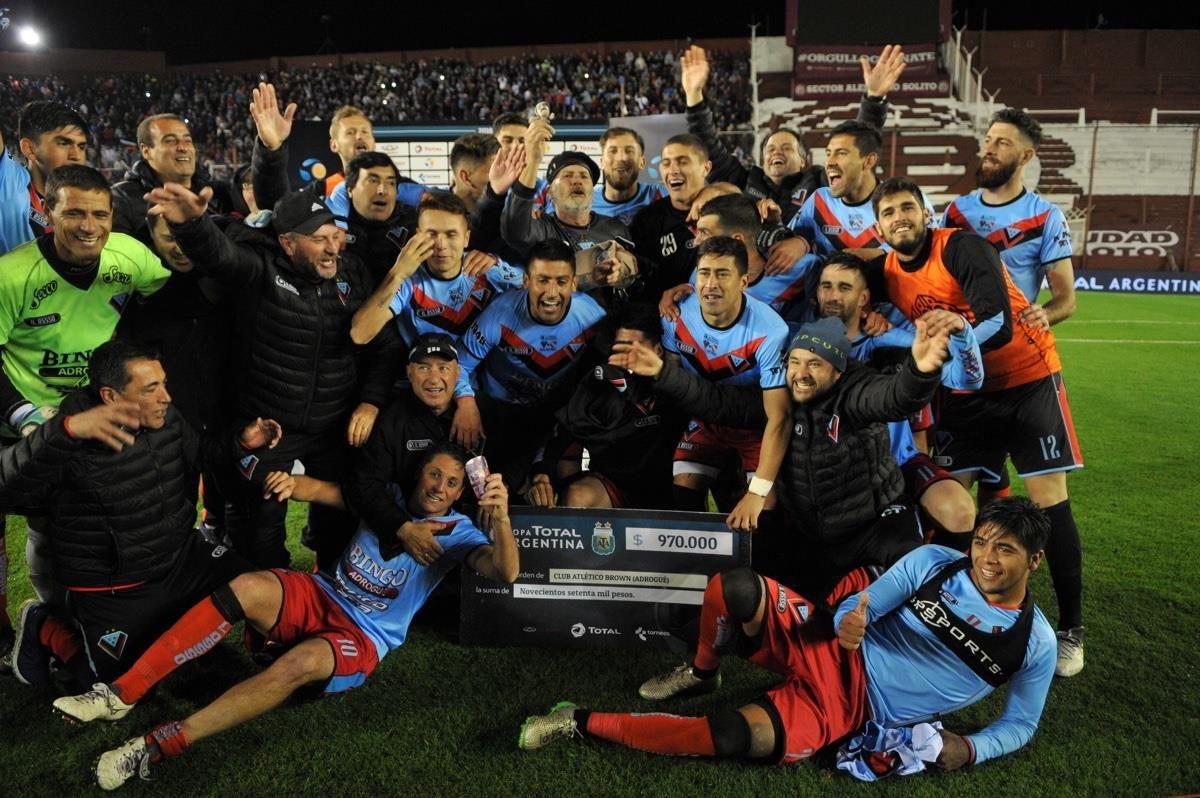 El festejo de Brown de Adrogué tras eliminar a Independiente