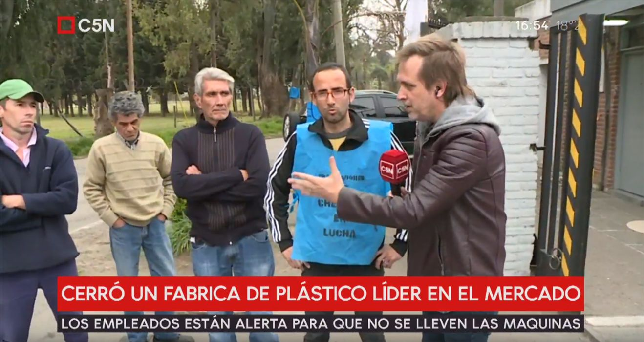 Cerró una fábrica de plásticos y sus trabajadores venden chorizos para sobrevivir