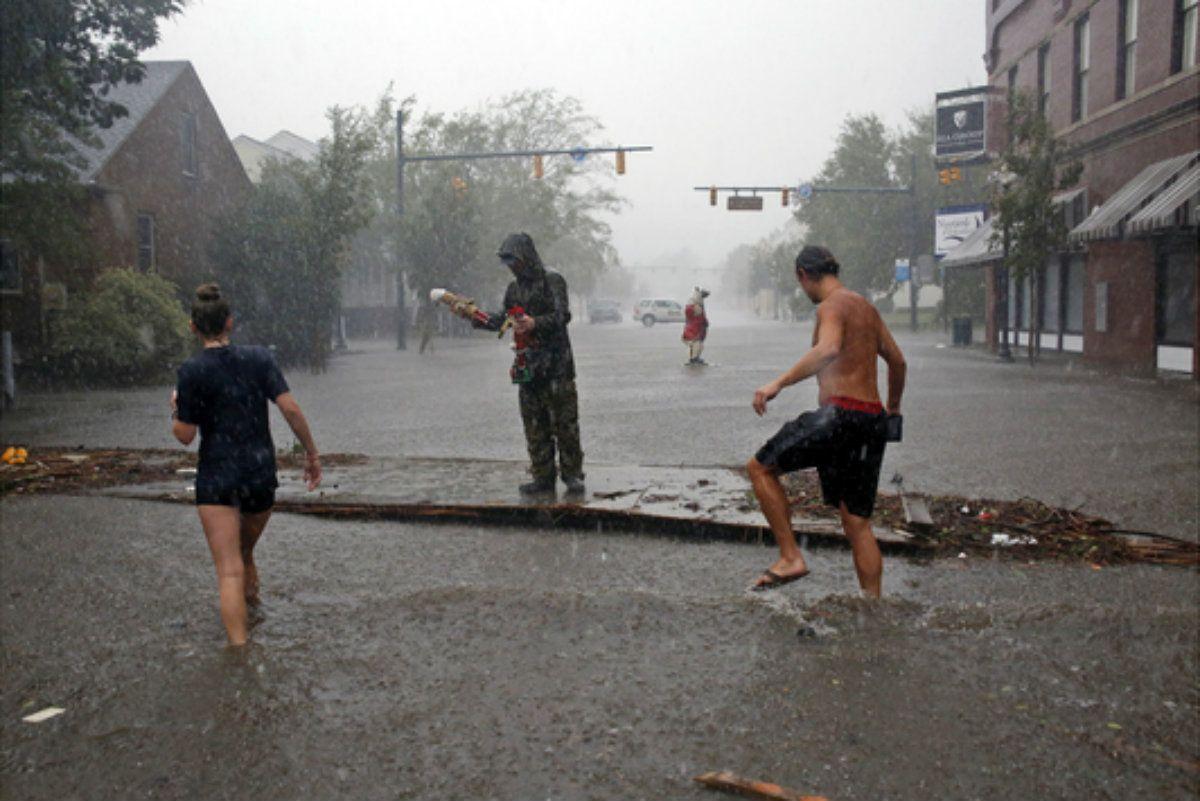 Vecinos escapan al efecto de Florence