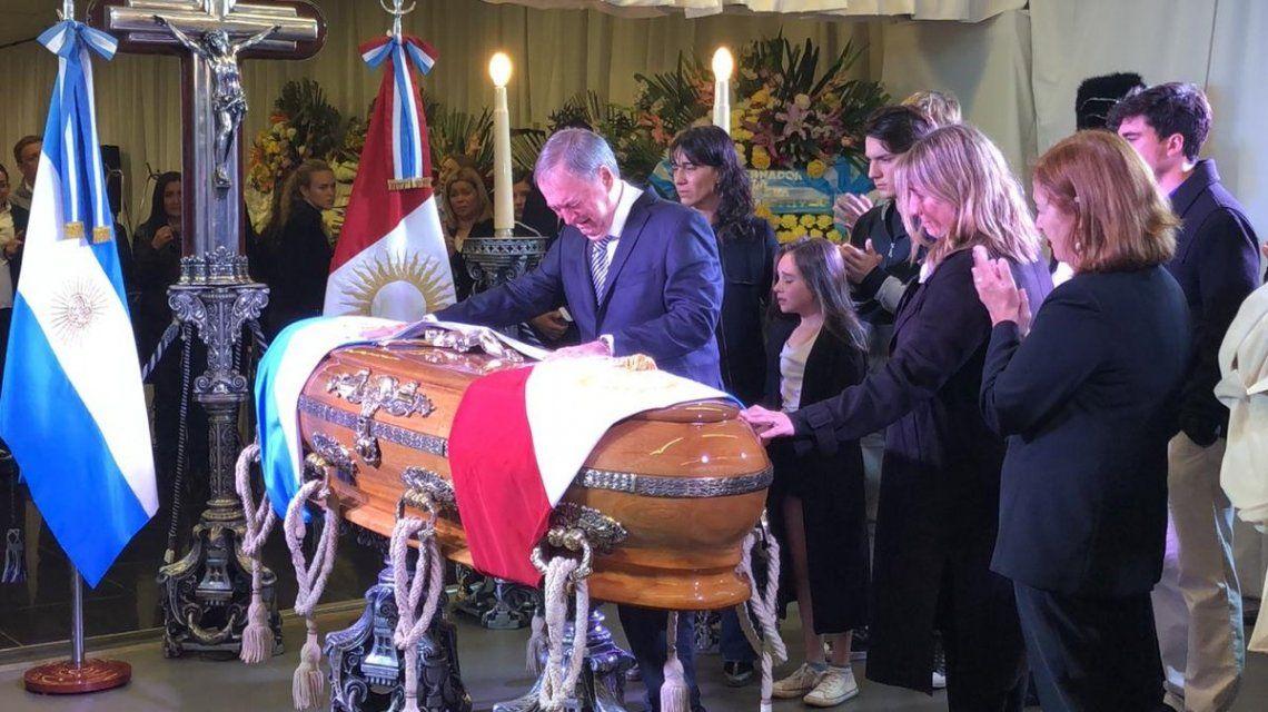 Juan Schiaretti puso la banda de gobernador sobre el ataúd de De la Sota