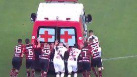 Jugadores empujaron a una ambulancia que se quedó en la cancha durante Flamengo-Vasco da Gama