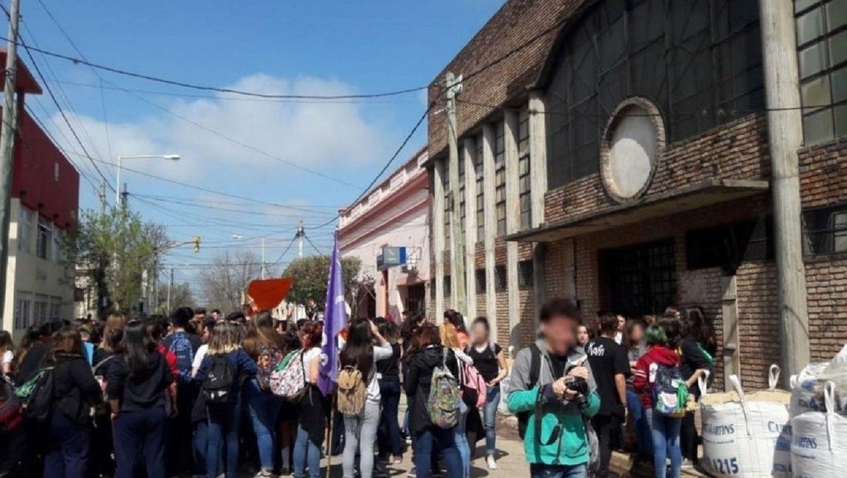 Protesta en un colegio de Cañuelas por el acoso de un cura