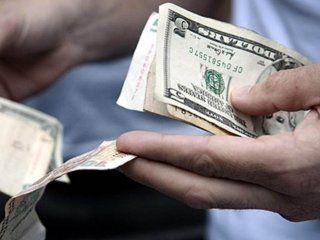 el dolar blue sigue en alza: toca los $70 y la brecha se estira al 10%