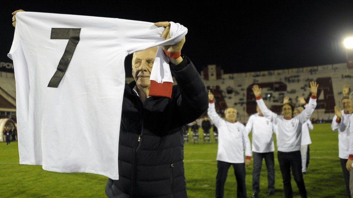 César Luis Menotti con la camiseta del Loco Houseman