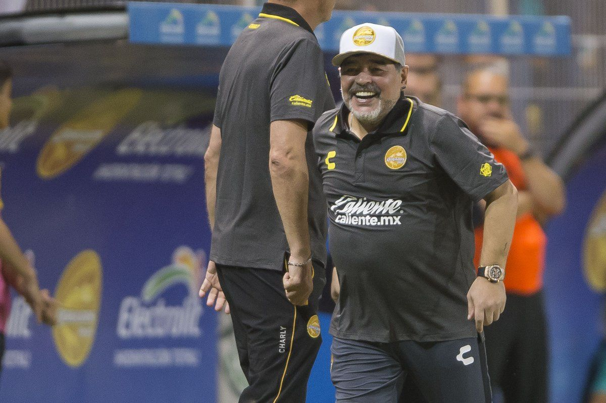 Diego Maradona fue el centro de escena en su debut en Dorados de Sinaloa