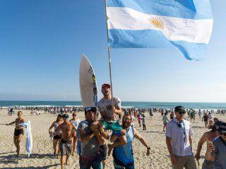 El ritual del surf en la playa: el equipo argentino lo levantó en andas y Santi disfrutó con la bandera y el dale campeón tronó en Tahara