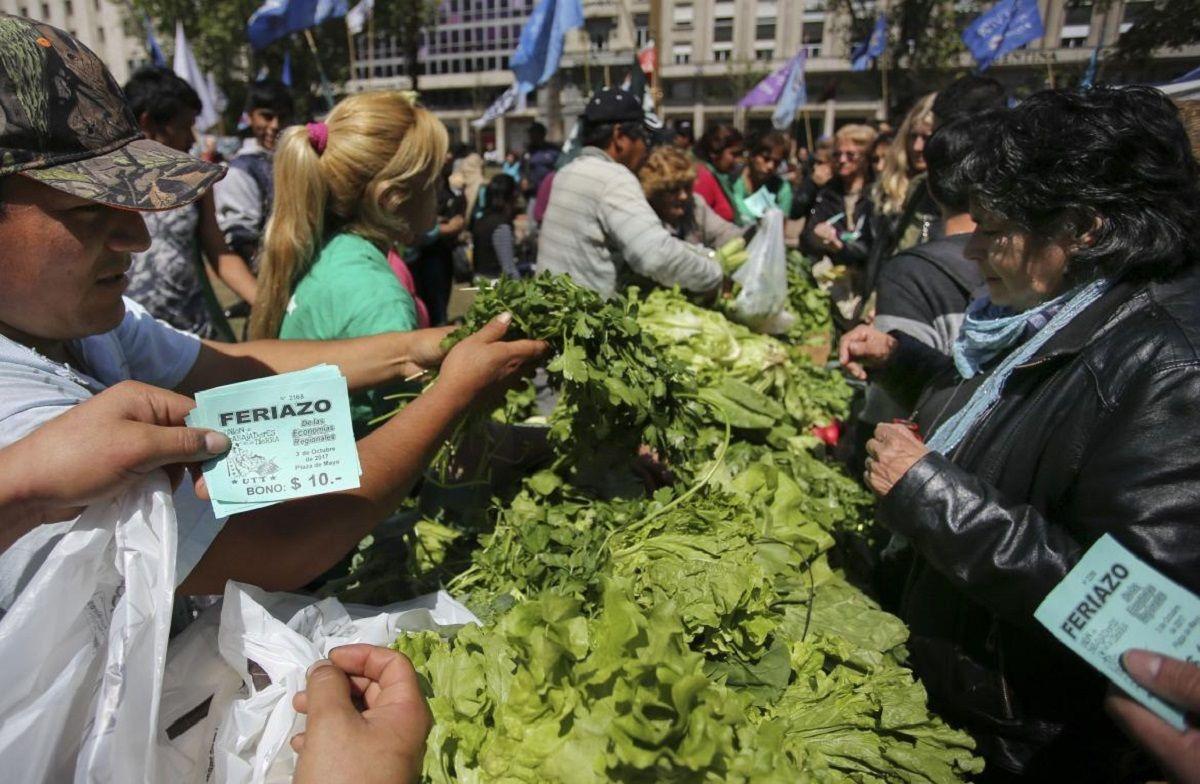 Acorralados por la crisis, productores rematan frutas y verduras a $10 el kilo