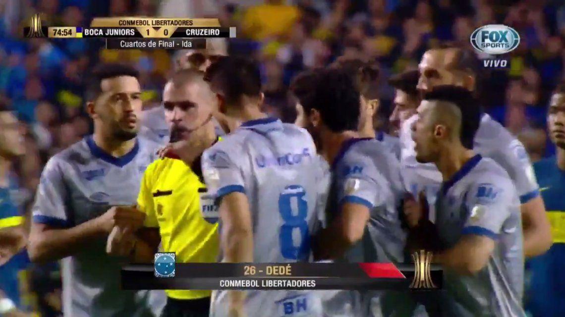 ¡Increíble! El árbitro pidió VAR y echó a Dedé por golpear con la cabeza a Andrada