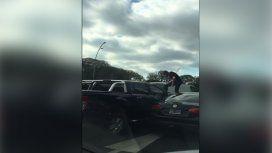 Otro Relato Salvaje: un conductor se trepó y aplastó el capot de una camioneta en plena General Paz