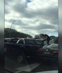 Otro Relato Salvaje: un conductor se trepó y aplastó el capot de una camioneta