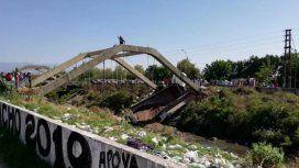 Se derrumbó un puente y quedó un camión atrapado