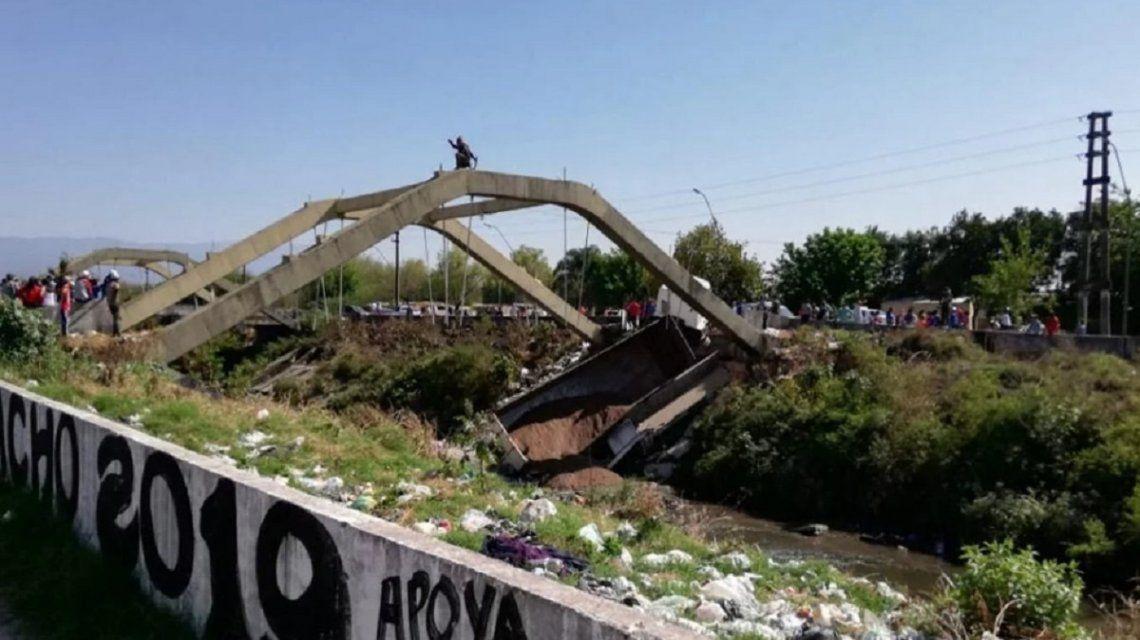 Tucumán: se derrumbó un puente y quedó un camión atrapado