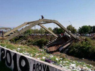 tucuman: se derrumbo un puente y quedo un camion atrapado