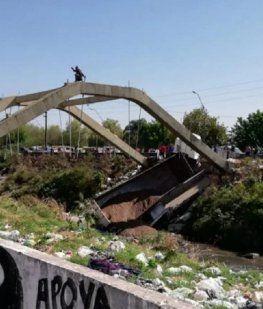Se derrumbó un puente en Tucumán y quedó un camión atrapado