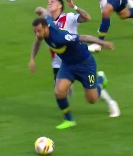 El tremendo codazo de Cardona a Enzo Pérez