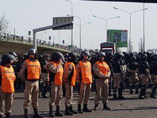 puente pueyrredon: manifestantes quieren hacer un acto y la prefectura se lo impide