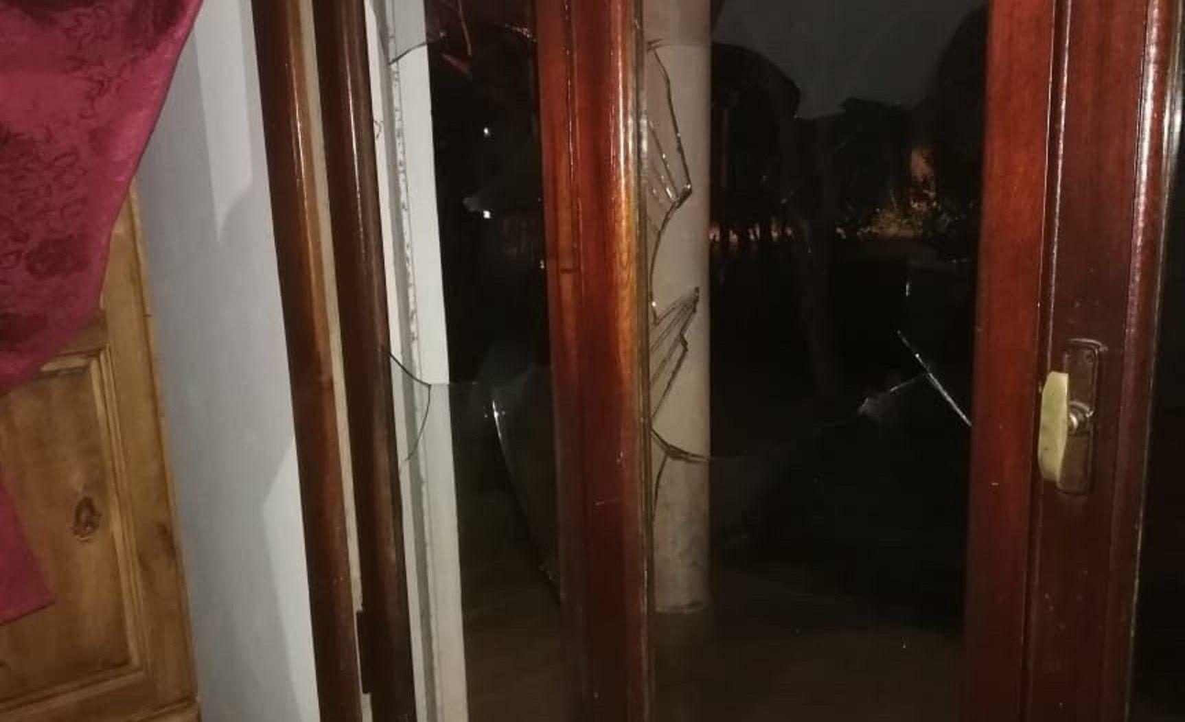Se vengó de su ex rompiéndole los vidrios de la casa a piedrazos y la detuvieron