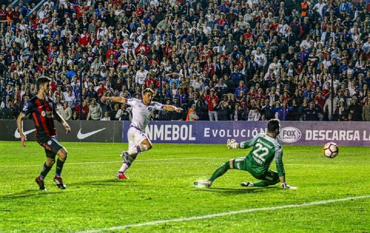 Gonzalo Bergessio marca el segundo gol que valió la clasificación