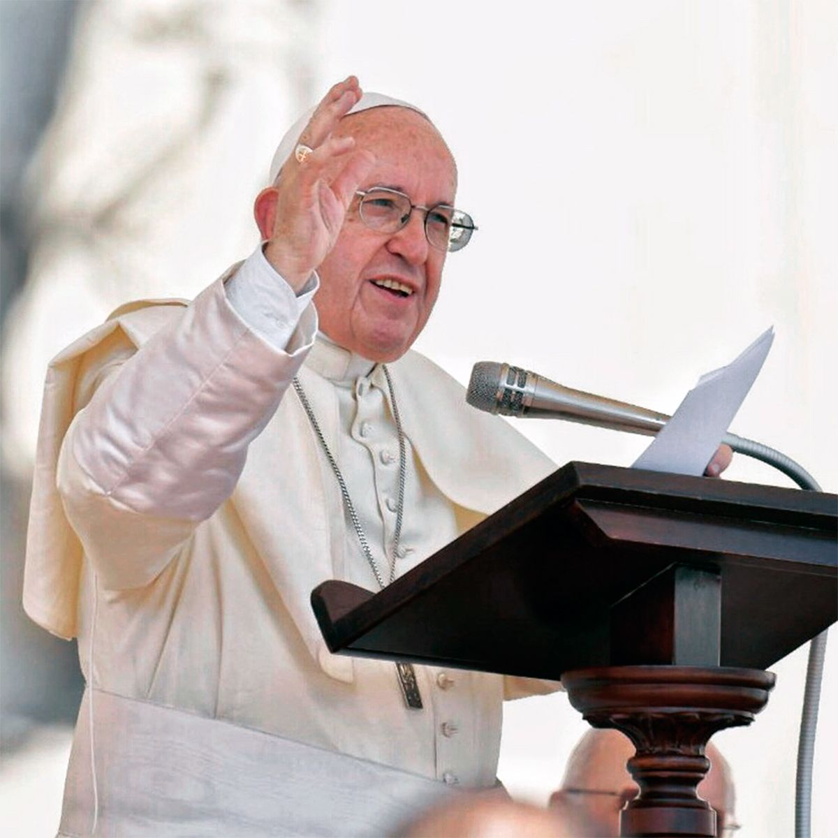 El Papa aceptó la renuncia de un cardenal acusado de encubrir abuso pero lo mantiene en su cargo