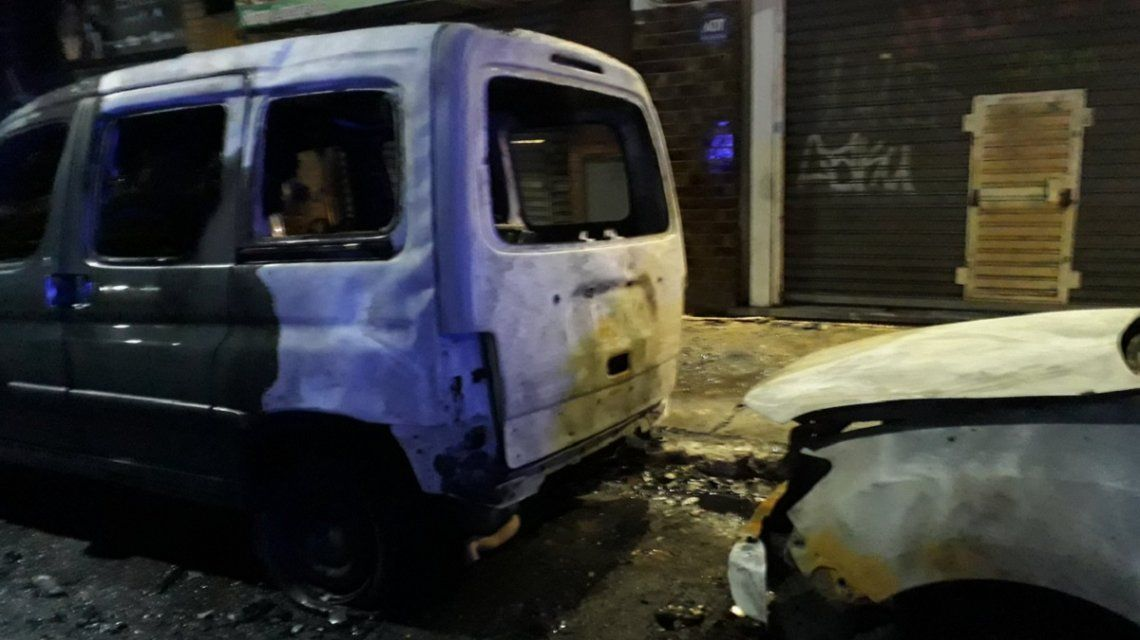 Quemacoches destrozaron un auto acusándolo de ser un Uber