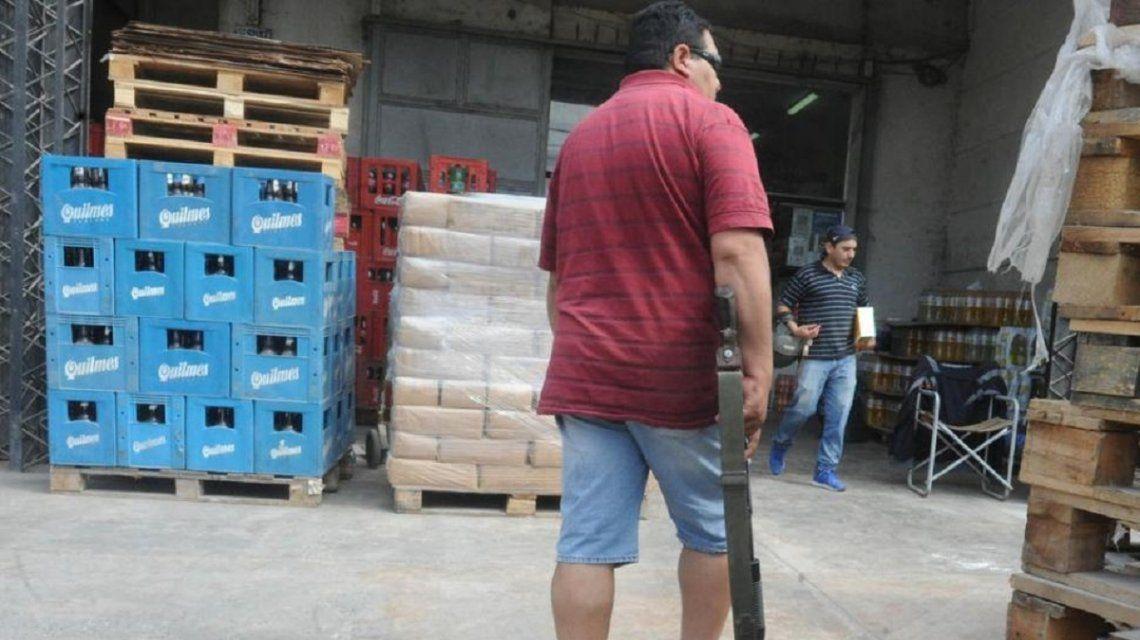 El custodio de Rodolfo Monetti deambula con su arma larga por la distribuidora