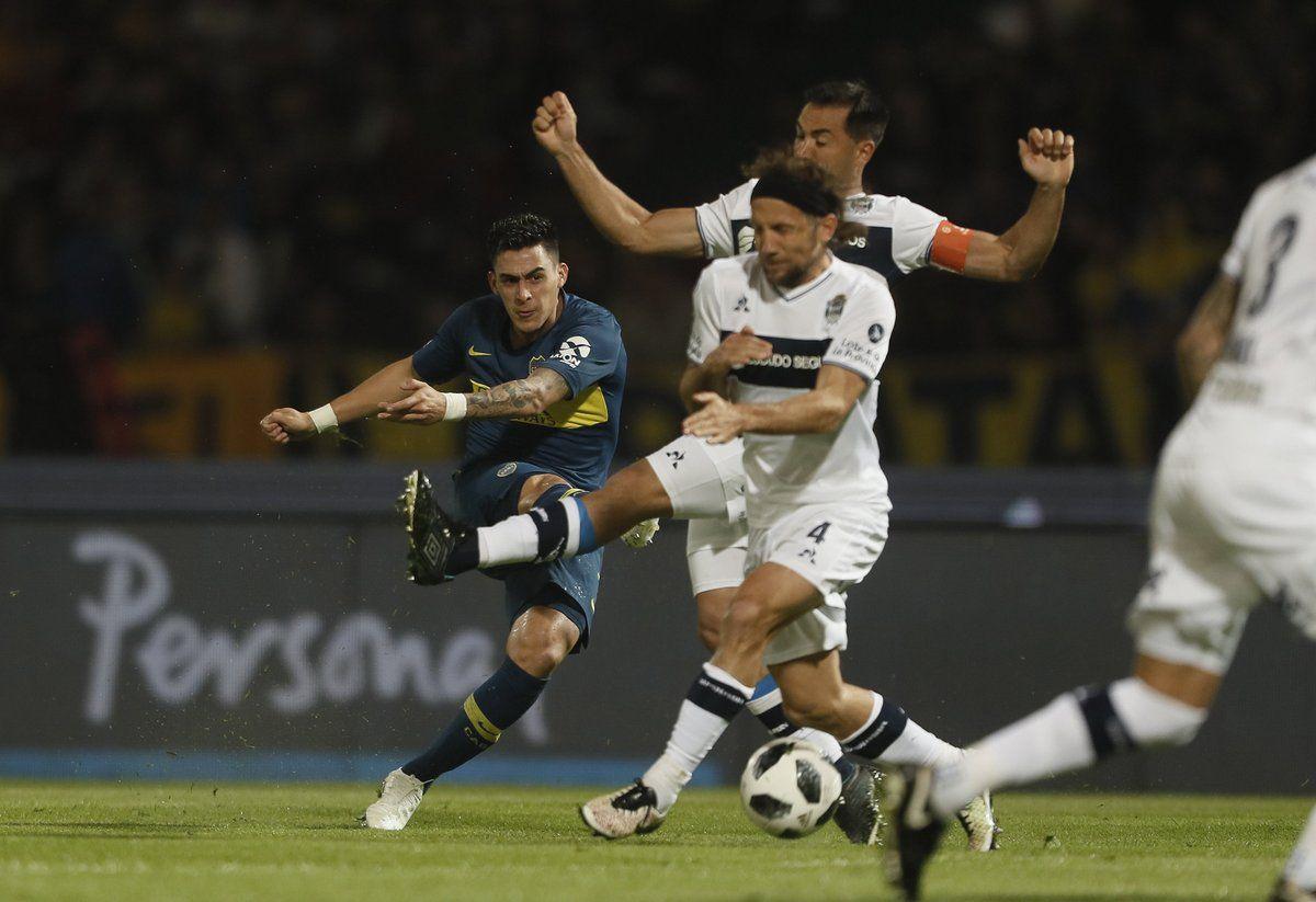 Cristian Pavón patea ante la marca de Facundo Oreja