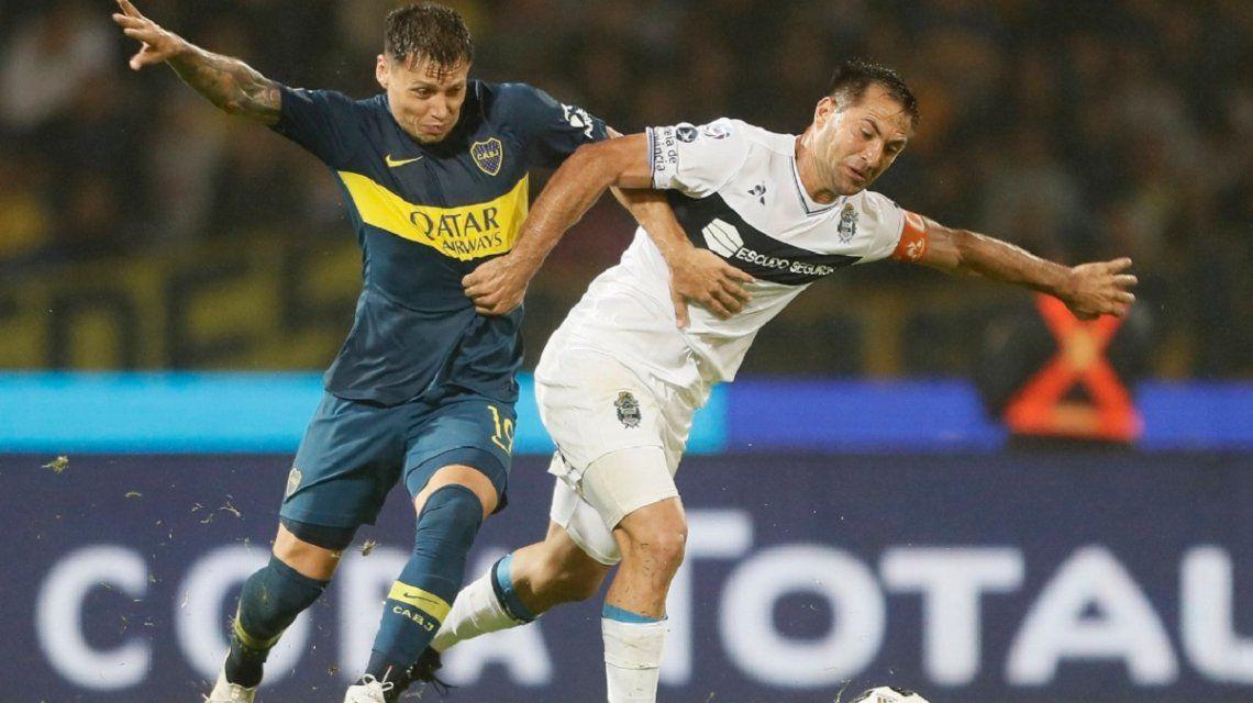 Zárate y Rinaudo peleando por el balón (foto: prensa Boca)