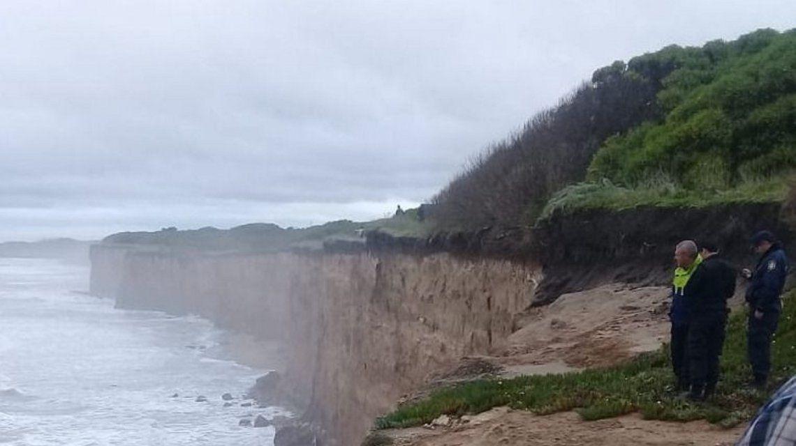 Cuatro surfistas quedaron atrapados entre las olas en Mar del Plata (0223.com.ar)