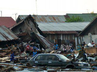espectaculo macabro: un video satelital muestra como la tierra se traga las casas en indonesia