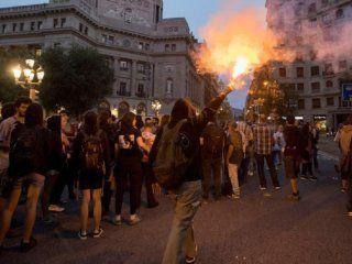 barcelona: la policia reprimio a manifestantes a un ano del referendum por la independencia de cataluna