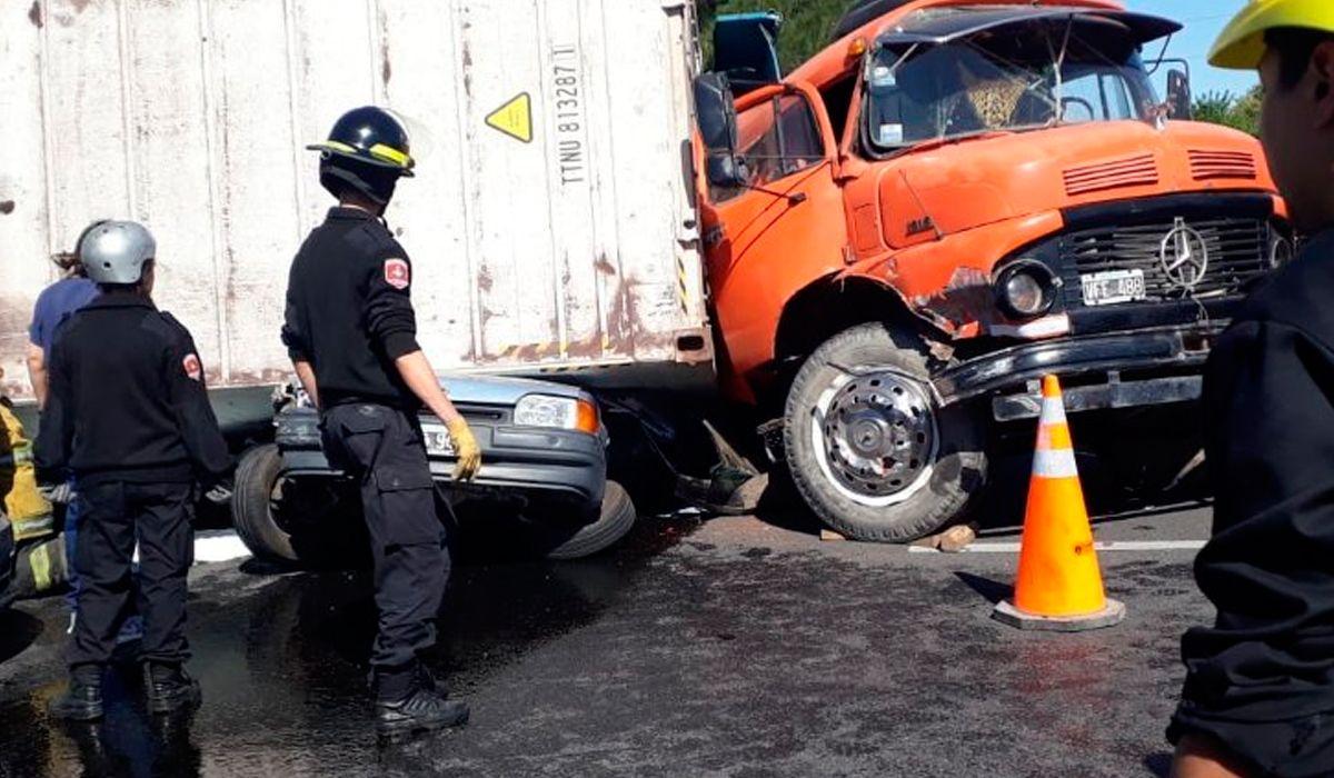 Volcó un camión y aplastó un auto en Rosario: liberaron a las personas atrapadas