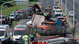Volcó un camión y aplastó un auto: liberaron a las personas atrapadas