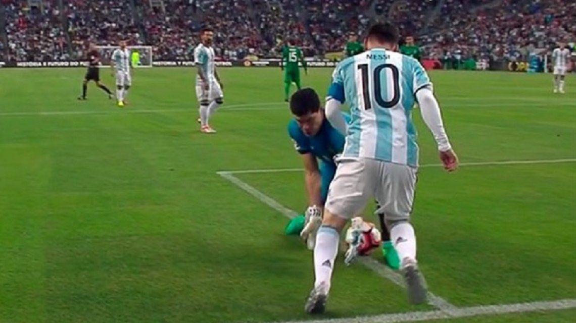 La noche en la que Messi humilló a Carlos Lampe, el nuevo refuerzo de Boca