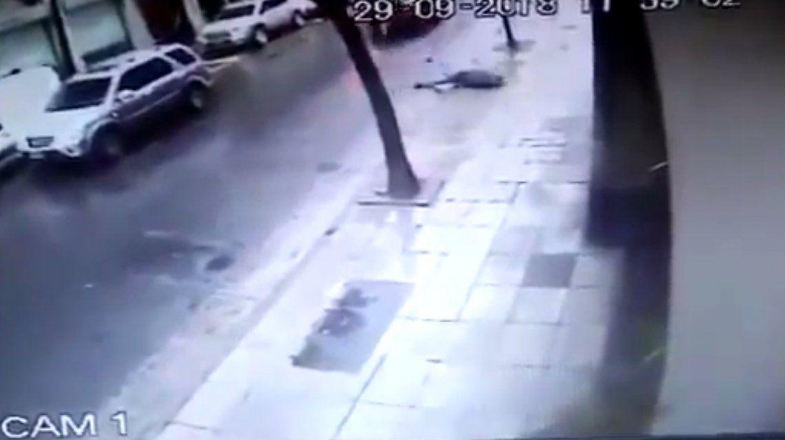 En contramano, atropelló a un peatón y se dio a la fuga