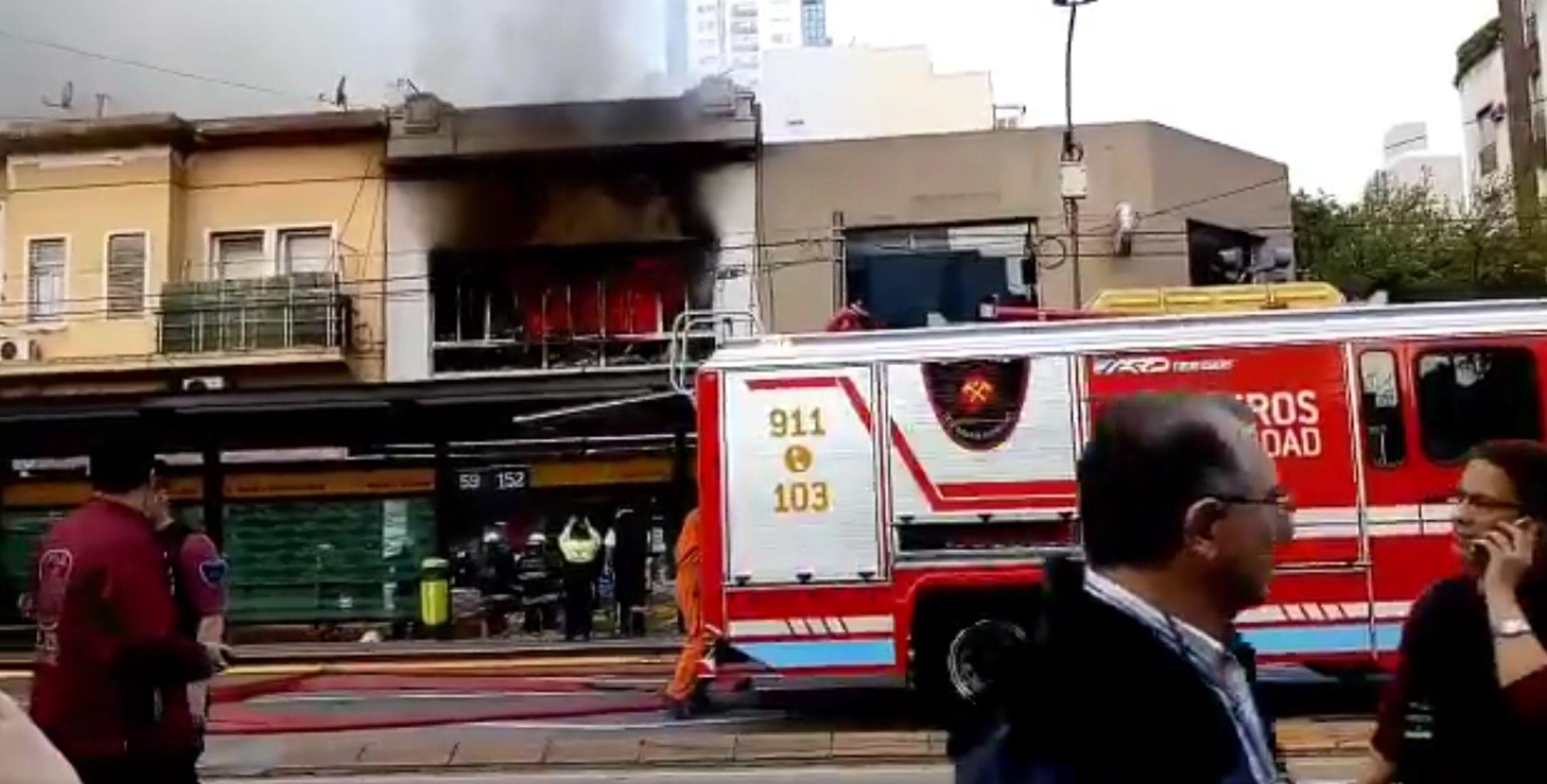 VIDEO: Un voraz incendio destrozó un bazar en Belgrano