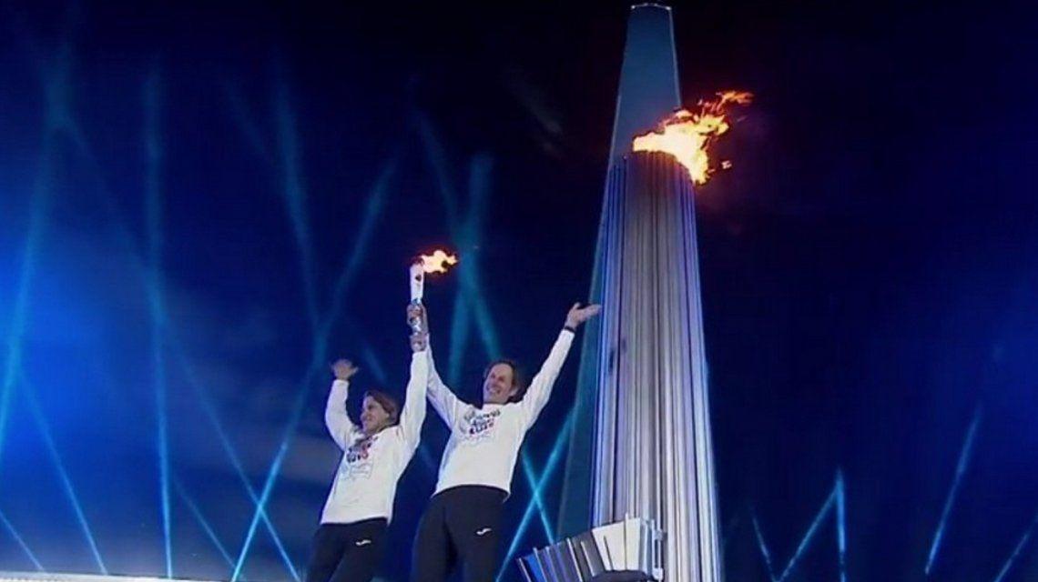 Paula Pareto y Santiago Lange encendieron el pebetero olímpico en el Obelisco