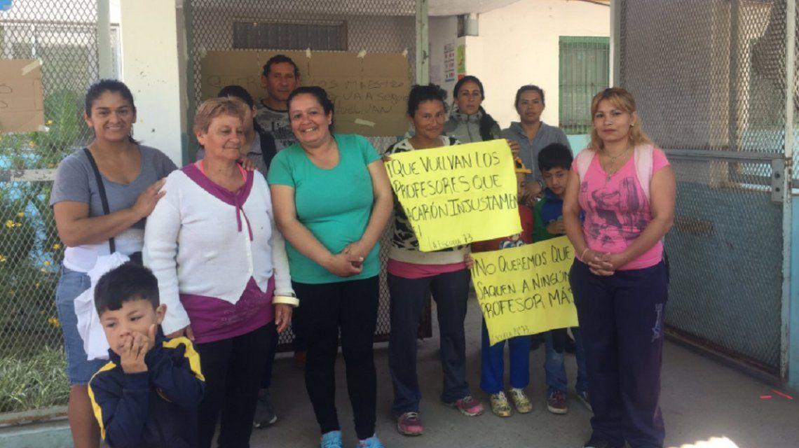 Moreno: padres toman la escuela para que reincorporen a los docentes que hicieron una fiesta