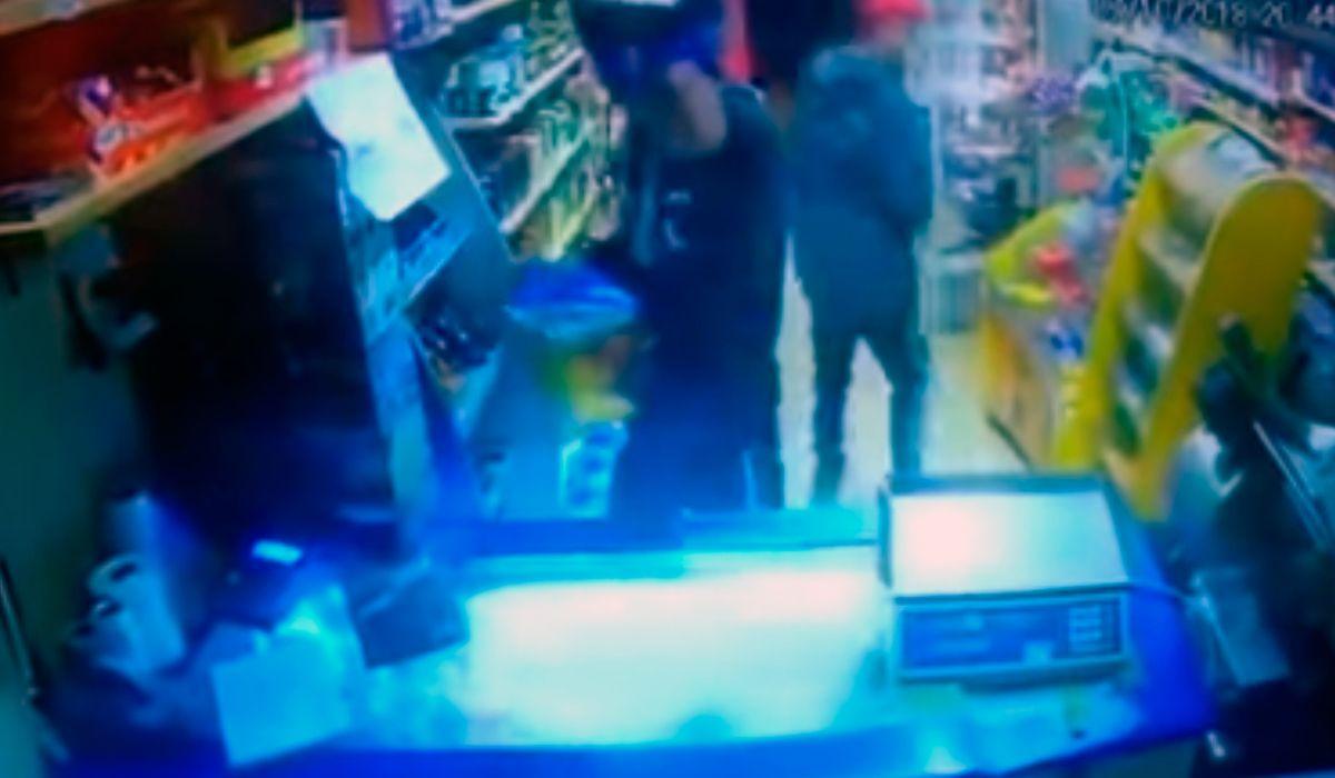 Violento asalto a un kiosco en Bahía Blanca: antes de irse le dispararon a la cámara de seguridad